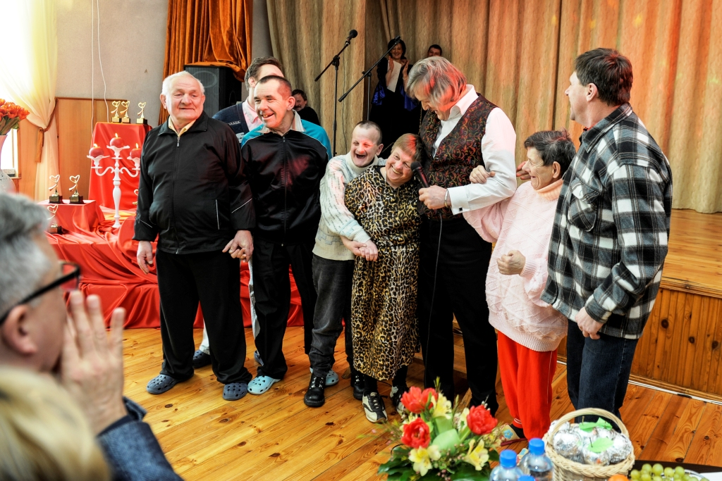 """Trečiadienį Strūnos pensione žmonės, turintys proto ir psichinę negalią vaidino įsimylėjusius pasakų herojus. Valentino dienai skirtame konkurse """"Šauniausios poros konkursas. Pasakų herojai"""" dalyvauja auklėtiniai iš 12-os Lietuvos globos namų."""